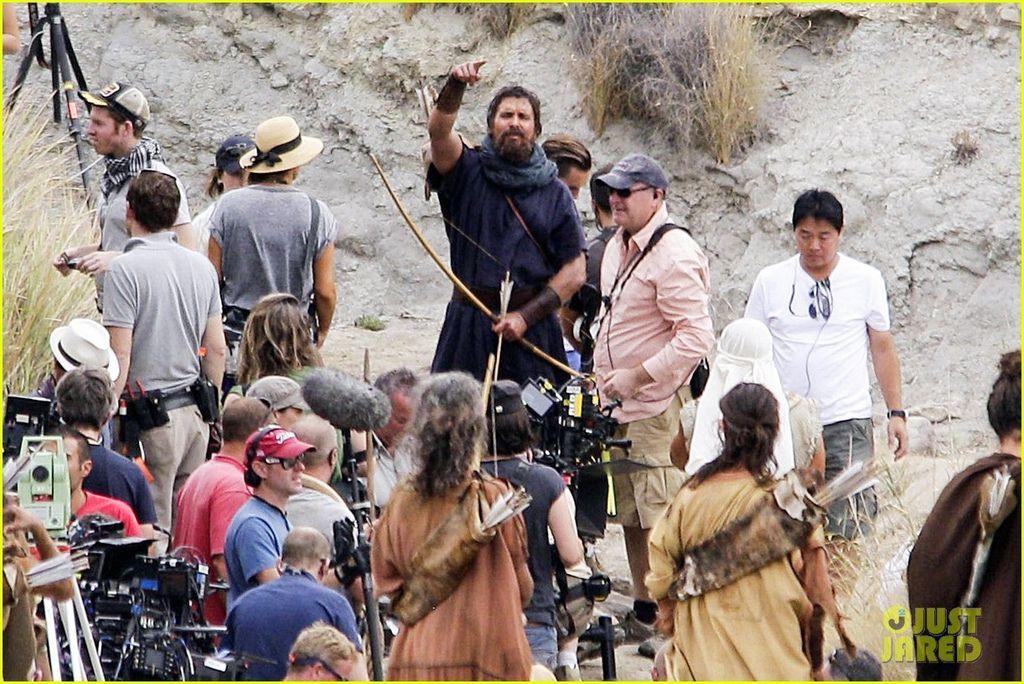 christian-bale-rocks-beard-wears-tunic-for-exodus-09