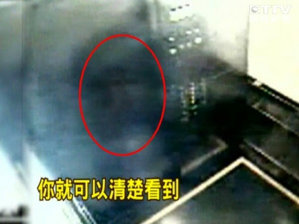 電梯驚見人臉