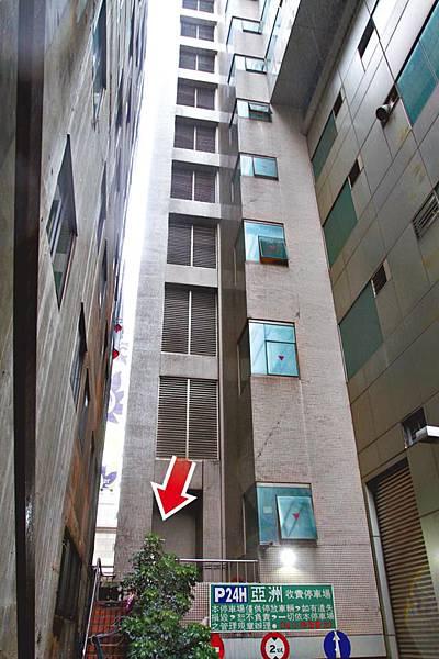 余涵勳由六、七樓間天井墮下地面身亡。
