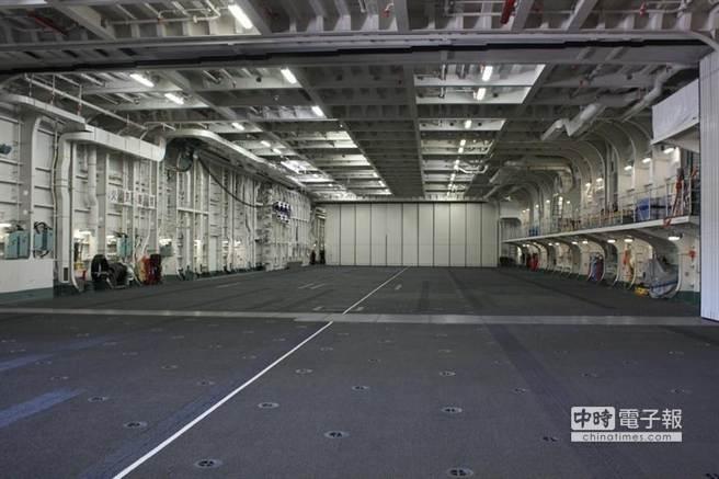 出雲號的機庫可容納14架直升機