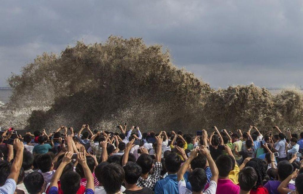 海嘯來襲人們依然呆立舉機拍照