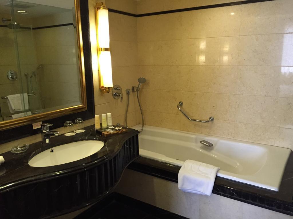 Hotel Presidente bathroom