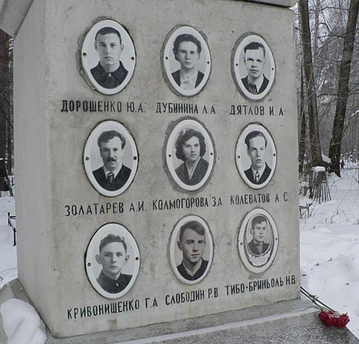 紀念九名遇難者的墓碑-004