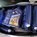 再放五瓶,共13瓶! 騎GSR可以去幫整箱油回家啦~(而且放車廂沒人知道!)