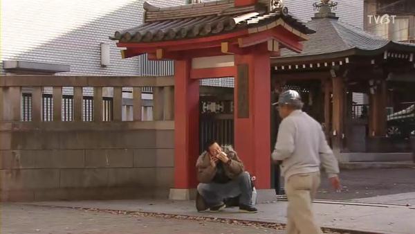 蹲在廟前面嗑包子的時夫.jpg