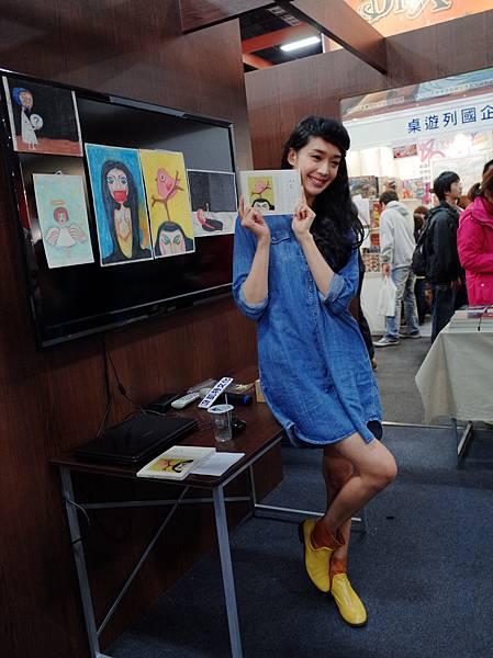 王心恬出席書展,將《鳥事》畫作展示給粉絲們觀賞