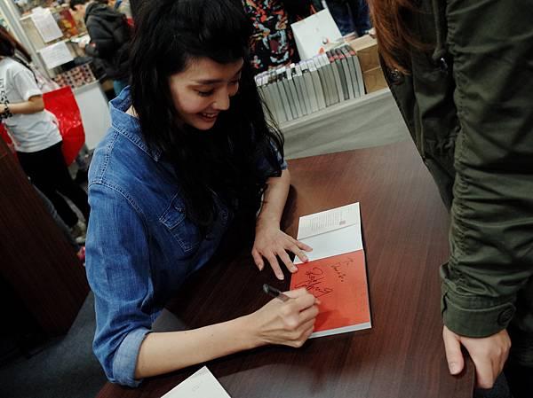 王心恬親切為粉絲簽名