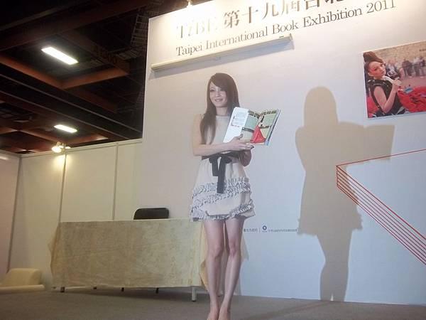 100_0825張韶涵翻閱最喜歡的紅色熱情性感照.JPG
