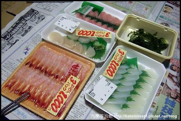 看到了嗎? 甜蝦+鮮甜大干貝+花枝生魚片三盤只要日幣1,000元,折合台幣300多元,真的是世界無敵便宜的啦