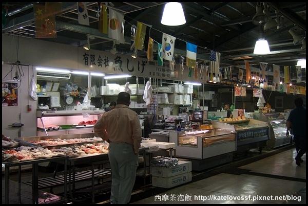 從民宿走40分鐘來到這漁港旁的市場