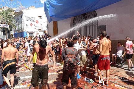 水柱沖刷著被蕃茄糊狠狠印記的牆面,民眾也在水柱下玩得不亦樂乎。(P1220577)-1_resize.jpg