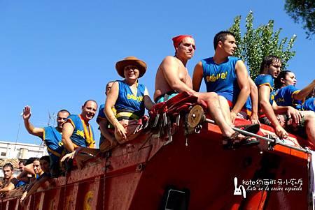 蕃茄卡車上的戰士是點燃蕃茄戰場上熱烈氣氛的重要人物,當然也享受在制高點砸人和被砸的樂趣。(P1220475-1)_resize.jpg