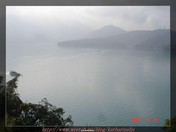 遊湖汽艇的日月潭.jpg