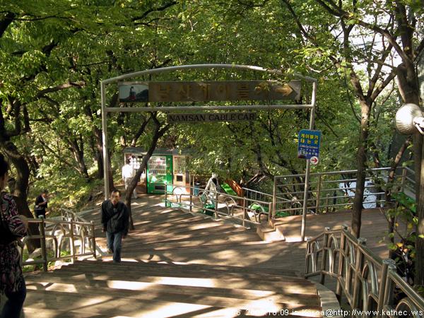 前往搭乘南山纜車的階梯