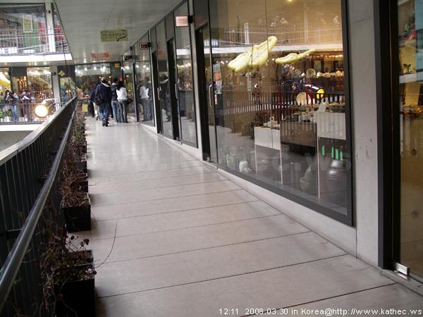 對比店家水平面可看出走道斜度