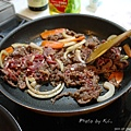 接著做烤肉,先炒肉,放洋蔥跟紅蘿蔔