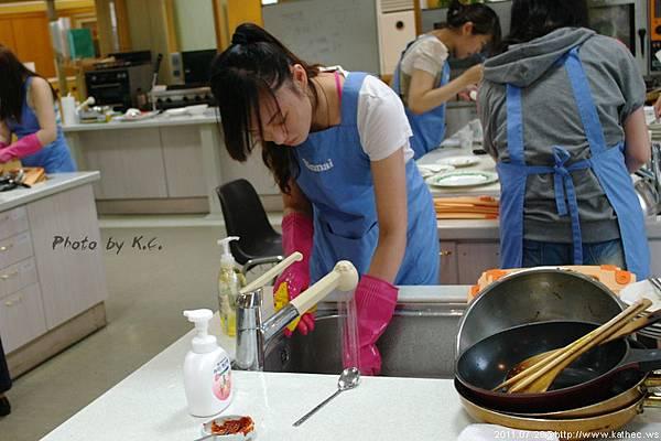 吃完飯,要自己清理碗盤,果真女人認真的模樣最美麗呀!