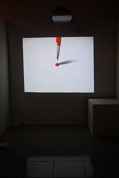 參觀正式作品前 投影機投射欣蓓自己做的動畫..大致描述一些創作理念和想法..