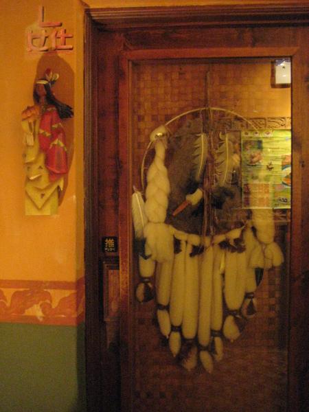 男女厠都是用印第安酋長服