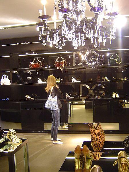 450px-Dolce_&_Gabbana_Shop_(Via_della_Spiga_-_Milan)_02.jpg