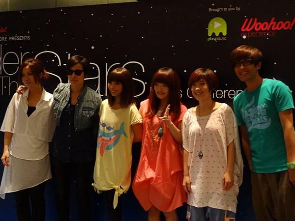 而且我們還特地從台灣帶專輯給她們簽名唷!!!齁齁齁齁