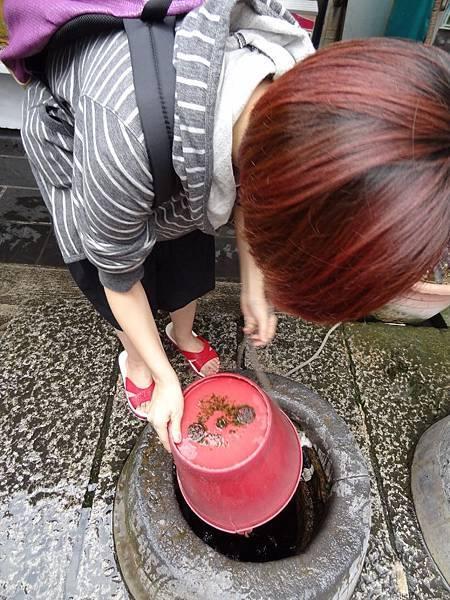 首先,將水桶倒蓋丟入井中