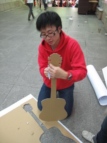 MIKOTO割吉他沒割到手耶~酷