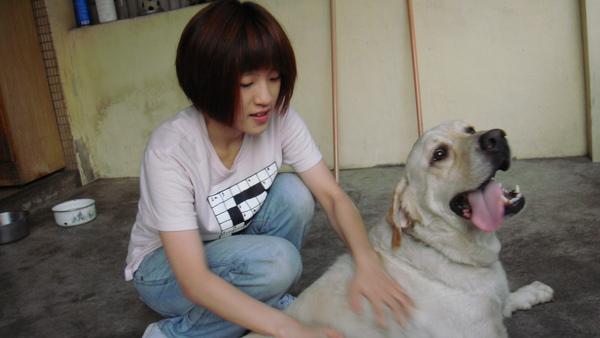 他家有隻狗超可愛的啦!!HA!