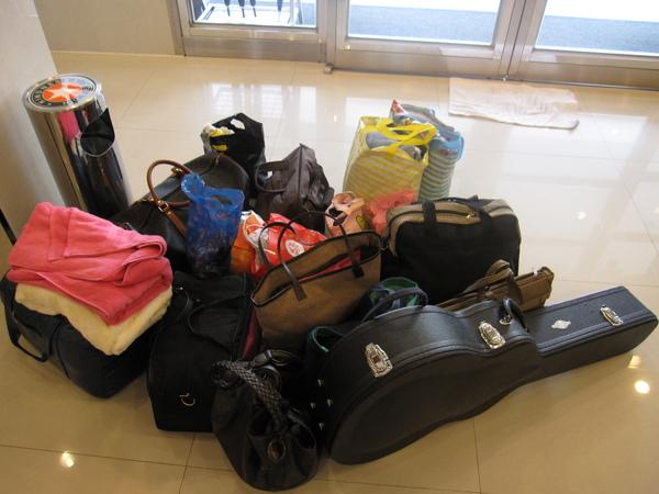 這是所有人的行李,全都只能放在車裡  by 阿班