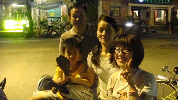這是我舅舅,舅媽,和表弟