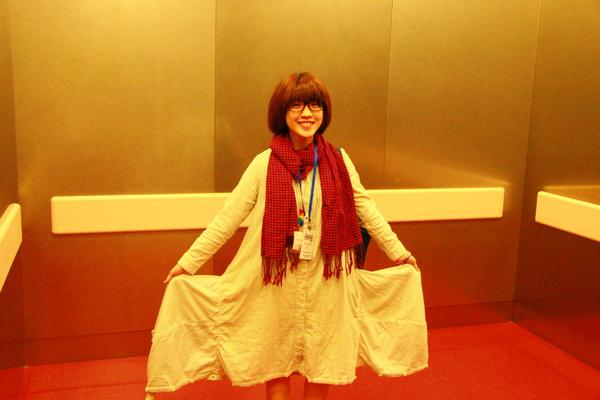 這是在香港買的衣服唷!!!雖然又是老闆挑的,自己付錢的.但我很喜歡耶!!!