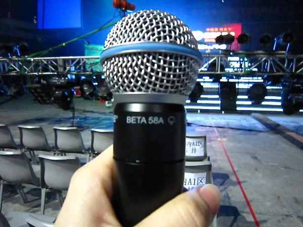 這是羅比威廉斯2003年演唱會的BETA 58A耶!!!!喔賣尬!!!