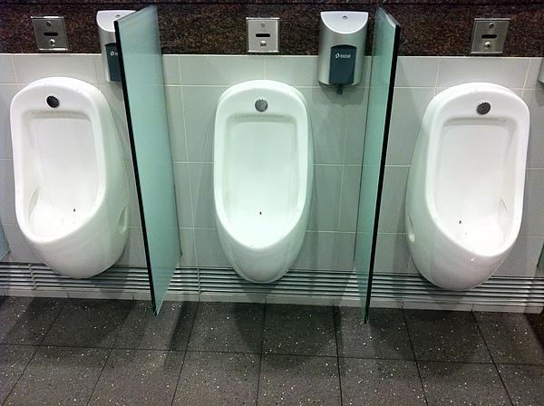 IM這是新加坡機上男廁,上面有黑點是什麼?