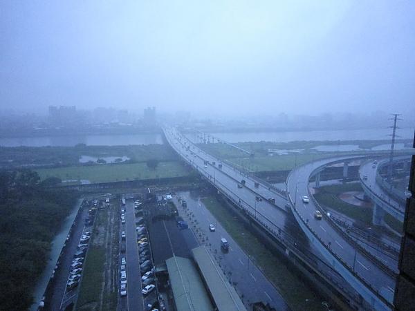 一早起板橋就下大雨!!!超大的!!!