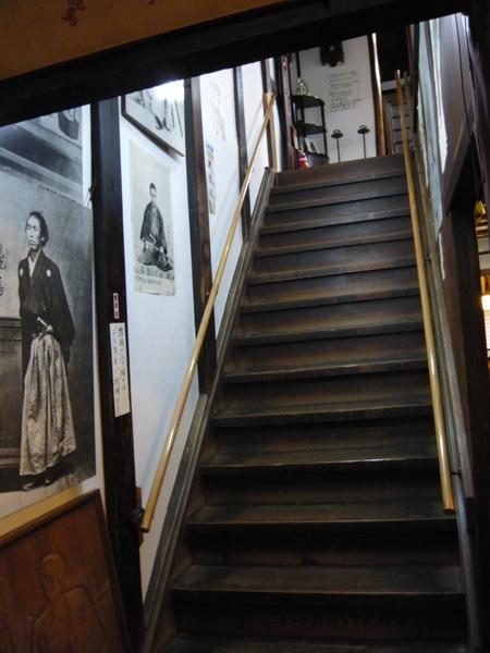 寺田屋中一樓通往二樓的樓梯 到處掛著龍馬