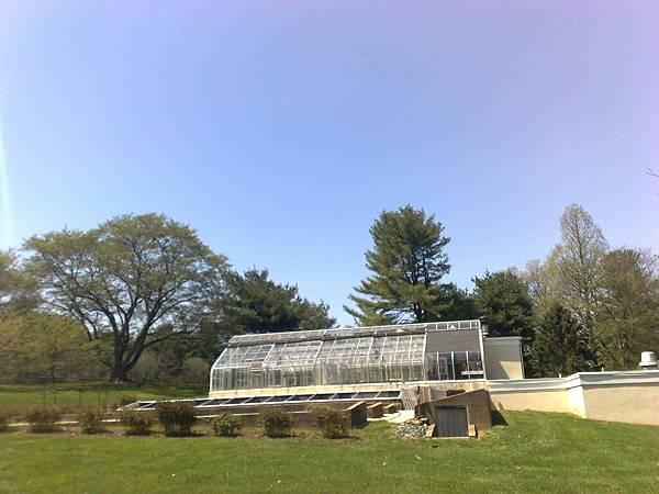 有一個漂亮的花園,還有溫室.jpg