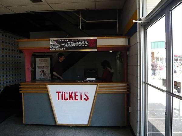 星期六下午,我們到超小電影院看博物館驚魂夜,連賣票的地方都很迷你.JPG