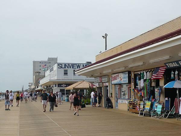 最接近海邊的地方有一排商店.JPG