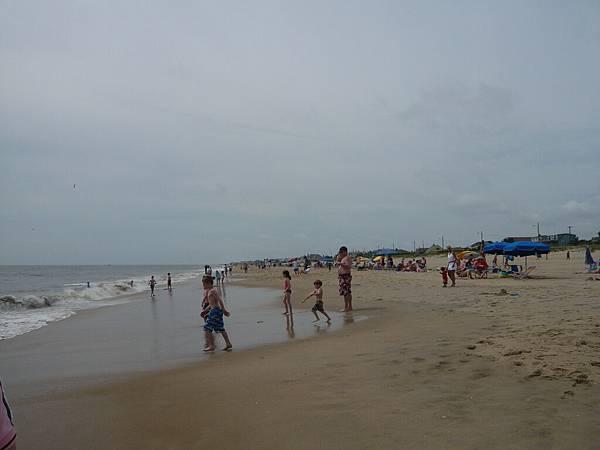 好多人在沙灘上玩.JPG