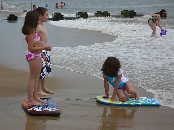 玩小小衝浪板的小孩.JPG