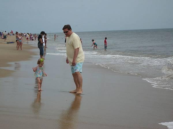可以看到很多爸爸帶小孩玩的畫面.JPG