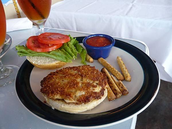 Kevin的午餐是蟹肉漢堡.JPG