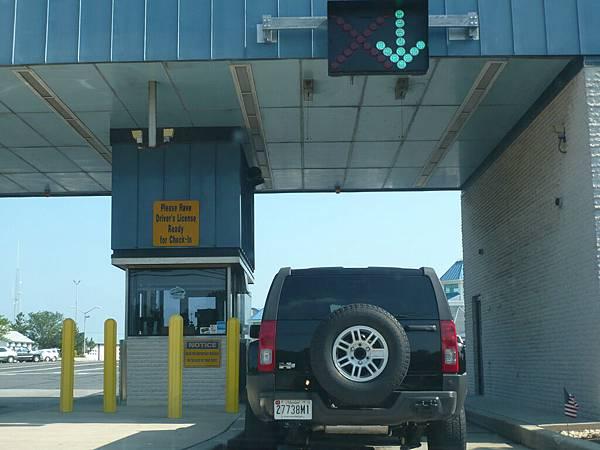 車子先經過一個檢查哨,檢查護照和船票.JPG