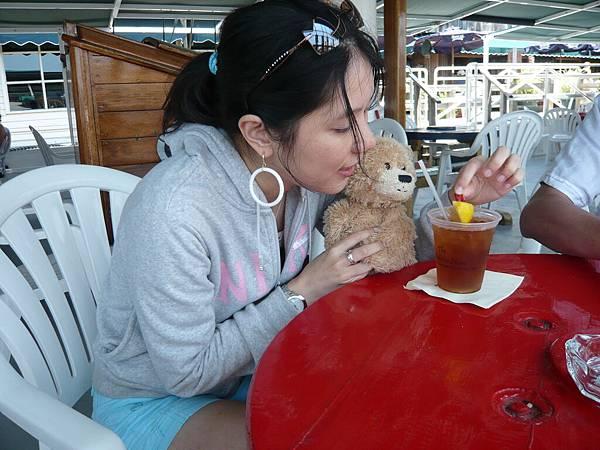 第三個只顧著玩小熊和喝冰茶,真沒用.JPG