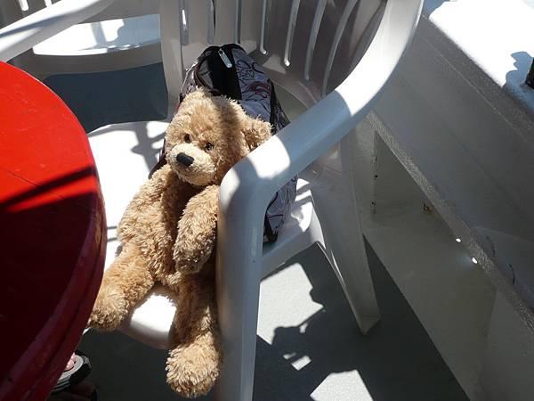 大家忙著吃飯,小熊被丟在椅子上曬太陽.JPG