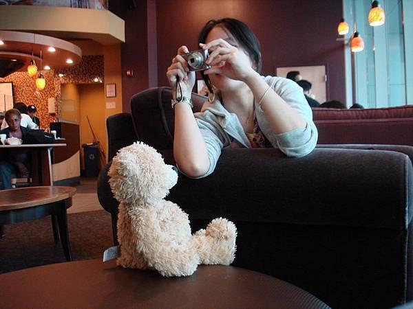 幫小熊拍照.JPG