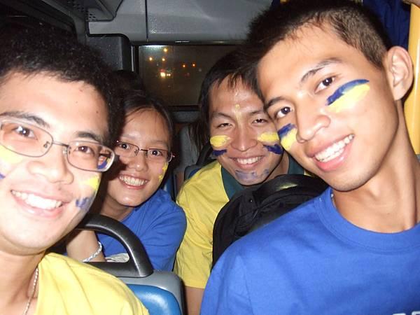 看比賽!藍色和黃色是UD的代表色.JPG