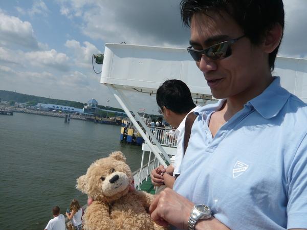 小熊理所當然的混上船了.JPG