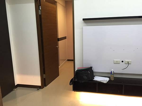 未做成鞋櫃時的牆面.jpg