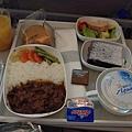 到杜拜約8小時,會吃兩次飛機餐~都滿好吃的。